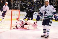 """<p>Игроки """"Лос-Анджелеса"""" радуются шайбе, заброшенной в ворота """"Ванкувера"""" в Лос-Анджелесе 15 октября 2010 года. Победа над """"Миннесотой"""" по буллитам помогла """"Лос-Анджелесу"""" выйти на второе место в турнирной таблице Национальной хоккейной лиги (НХЛ), а шайба белорусского форварда Андрея Костицына в дополнительное время принесла """"Монреалю"""" победу над """"Финиксом"""". REUTERS/Lucy Nicholson</p>"""