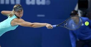 <p>Мария Шарапова отбивает удар Елены Весниной на турнире China Open в Пекине 5 октября 2010 года. Бывшая первая ракетка мира россиянка Мария Шарапова сыграет на турнире Auckland Classic, сообщили организаторы. REUTERS/Petar Kujundzic</p>