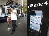 <p>Imagen de archivo de un aviso de iPhone 4 en una tienda en Bangkok. Sep 24 2010 Apple dijo el martes que retrasaría de nuevo la salida a la venta del ansiado iPhone blanco, esta vez hasta la próxima primaveran boreal. REUTERS/Chaiwat Subprasom/ARCHIVO</p>