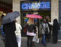 <p>Customers line up outside a bureau de change in Geneva October 27, 2008. REUTERS/Denis Balibouse</p>