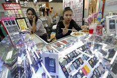 <p>Foto de archivo de una tienda de teléfonos móviles en Bangkok, sep 17 2010. Hacer que la batería de un teléfono móvil dure 10 veces más es un objetivo prioritario de un proyecto de investigación que IBM, Infineon y varias universidades europeas revelaron el miércoles. REUTERS/Damir Sagolj</p>