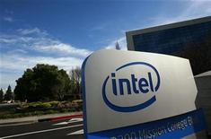 <p>Imagen de archivo del logo de Intel en una oficina en Santa Clara, California. Feb 2 2010 El fabricante de chips Intel está asesorando a un grupo de más de 70 compañías, entre ellas Deutsche Bank, Lockheed Martin y BMW, que están promoviendo el establecimiento de estándares en la industria para la computación en nube o 'cloud computing'. REUTERS/Robert Galbraith/ARCHIVO</p>
