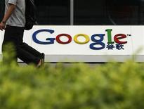 <p>Imagen de archivo del logo de Google en una oficina en Pekín. Jun 30 2010 Google prometió clarificar su política de anuncios para resolver una investigación provocada por una queja que podría haber acabado con una multa, dijo el jueves el regulador antimonopolio francés. REUTERS/Bobby Yip/ARCHIVO</p>