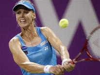 <p>Российская теннисистка отбивает подачу австралийки Саманты Стосур в матче итогового теннисного трунира WTA в Дохе 28 октября 2010 года. Заключительные матчи группового этапа итогового теннисного трунира WTA пройдут в пятницу в Дохе. REUTERS/Fadi Al-Assaad</p>