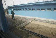 <p>Южнокорейский солдат стоит за бетонной стеной, разделяющей две Кореи, 14 апреля 2010 года. Перестрелка на границе Южной Кореи и КНДР произошла в пятницу, сообщило министерство обороны Южной Кореи. REUTERS/Lee Jae-Won</p>