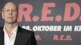 """<p>Актер Брюс Уиллис на премьере фильма """"РЭД"""" в Берлине 18 октября 2010 года. Заключительная часть хоррор-франшизы """"Пила"""", вышедшая в преддверии Хэллоуина, хотя и не оказалась достаточно """"острой"""", но все-таки смогла возглавить североамериканский бокс-офис. REUTERS/Tobias Schwarz</p>"""