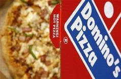 <p>Коробка с пиццей Domino's Pizza в центре Лондона 15 февраля 2009 года. Развоз пиццы. Возраст от 18 лет, опыт работы не требуется. Формой обеспечим. Зарплата: $31.000 в час. REUTERS/Luke MacGregor</p>