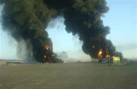Smoke billows from an oil pipeline blown up in the southern Yemeni province of Shabwa November 2, 2010. REUTERS/Stringer