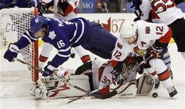 """<p>Игрок """"Торонто"""" Кларк Макартур (слева) перелетает через вратаря """"Оттавы"""" Брайана Эллиотта в ходе матча в Торонто 2 ноября 2010 года. """"Торонто"""" прервал свою безголевую серию в домашнем матче Национальной хоккейной лиги (НХЛ) против """"Оттавы"""", однако снова потерпел поражение. REUTERS/Mark Blinch</p>"""