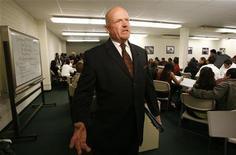 <p>Мужчина на собеседовании в центре работодателей Crenshaw WorkSource Center в Лос-Анджелесе 20 ноября 2009 года. На собеседовании о приеме на работу важно объяснить, что вы можете сделать для компании, но также важно и добиться доверия человека, который проводит собеседование. REUTERS/Mario Anzuoni</p>