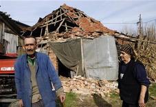 <p>Люди на фоне дома, разрушенного землетрясением, в Кралево 3 ноября 2010 года. Подземные толчки силой 5,3 балла по шкале Рихтера сотрясли Сербию в среду утром, два человека погибли, сообщил Рейтер министр внутренних дел страны Ивица Дачич. REUTERS/Ivan Milutinovic</p>