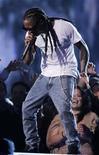 <p>Imagen de archivo del cantante Lil Wayne durante una presentación en Los Angeles. Ene 31 2010 El cantante estadounidense de rap Lil Wayne fue liberado el jueves, luego de pasar ocho meses de una condena de un año en una prisión de Nueva York por un delito relacionado con armas ocurrido en el 2007. REUTERS/Mike Blake/ARCHIVO</p>