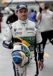 <p>Rubens Barrichello, da Williams, caminha na área dos boxes após treino deste sábado para o Grande Prêmio de Interlagos. O brasileiro terminou o treino classificatório em sexto lugar e afirmou que estava muito satisfeito com a primeira colocação do companheiro alemão de equipe, Nico Hulkenberg.</p>