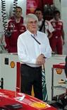 <p>Chefe comercial da Fórmula 1, Bernie Ecclestone, acompanha treino de sábado do Grande Prêmio Brasil de Fórmula 1 em Interlagos, no dia 6 de novembro de 2010. REUTERS/Paulo Whitaker</p>