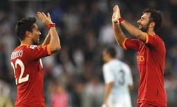 <p>Jogadores da Roma Mirko Vucinic (direita) e Marco Borriello (esquerda) comemoram final da partida em que sua equipe derrotou a Lazio por 2 x 0 pelo Campeonato Italiano, neste domingo, 7 de novembro de 2010. REUTERS/Max Rossi</p>
