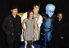 """<p>Актеры, озвучившие персонажей мультфильма """"Мегамозг"""", (слева-направо) Брэд Питт, Тина Фей и Бен Стиллер на премьере в Нью-Йорке 3 ноября 2010 года. Мультфильм """"Мегамозг"""" студии DreamWorks Animation SKG Inc возглавил североамериканский бокс-офис с результатом в $47,7 миллиона, что стало лучшим показателем продаж билетов в первый уикенд за последние три месяца. REUTERS/Lucas Jackson</p>"""
