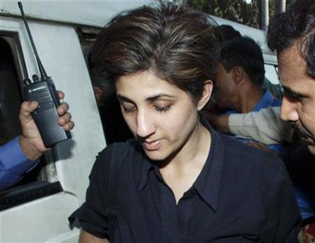 Pakistani-born British journalist Zaiba Malik walks into a court in Dhaka on November 26, 2002. REUTERS/Rafiqur Rahman