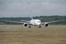 <p>Boeing 787 двигается по взлетно-посадочной полосе в аэропорту Фарнборо 18 июля 2010 года. Новейший лайнер Boeing 787 совершил вынужденную посадку в ходе испытательного полета во вторник в штате Техас из-за задымления в салоне, что стало первым инцидентом такого рода с начала разработки машины. REUTERS/Kieran Doherty</p>