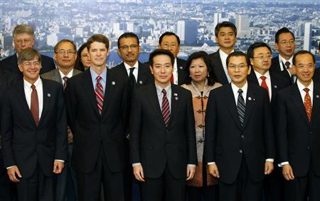 Japan's Foreign Minister Seiji Maehara (3rd L) and other foreign and trade ministers from the Asia-Pacific Economic Cooperation (APEC) countries pose for a family photo in Yokohama, south of Tokyo November 10, 2010. REUTERS/Yuriko Nakao