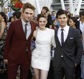"""<p>Imagen de archivo de los actores Robert Pattinson (izq), Kristen Stewart y Taylor Lautner (der), durante es estreno de """"The Twilight Saga: Eclipse"""" en Los Angeles. Jun 24 2010 """"Twilight"""" acaparó el protagonismo de las nominaciones para los premios People's Choice Awards el martes con ocho para la entrega """"Eclipse"""" y las estrellas Kristen Stewart, Robert Pattinson y Taylor Lautner. REUTERS/Mario Anzuon/ARCHIVO</p>"""