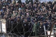 <p>Женщины-заключенные стоят за воротами тюрьмы близ Владивостока, 5 марта 2009 года. Смягчение законов в России позволит 140.000 осужденных избежать заключения, и число тех, чья свобода лишь ограничена, превысит население тюрем и колоний, где сейчас содержатся более 800.000 человек. В отношении бизнесменов начатая президентом Дмитрием Медведевым либерализация уголовного законодательства работает не так успешно. REUTERS/Yuri Maltsev</p>