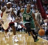 """<p>Баскетболист """"Майами"""" Леброн Джеймс (слева) пытается отобрать мяч у Рэджона Рондо из """"Бостона"""", 11 ноября 2010 года. """"Бостон"""" второй раз в сезоне обыграл """"Майами"""", во многом благодаря результативной игре Рэя Аллена. REUTERS/Hans Deryk</p>"""