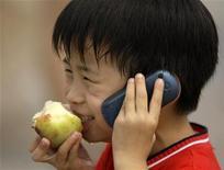 <p>Мальчик разговаривает по мобильному телефону, 5 августа 2008 года. Японцы создали новое оружие для борьбы с лишним весом: приложение для мобильного телефона, которое может подсчитать количество калорий в блюде по его фотографии. REUTERS/Jason Lee</p>