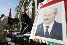 <p>Сторонники президента Беларуссии Александра Лукашенко собирают подписи в Минске, 11 октября 2010 года. Белоруссия не настаивает на том, чтобы Россия признала итоги запланированных на 19 декабря президентских выборов, на которых Александр Лукашенко намерен в четвертый раз переизбраться на пост президента страны. REUTERS/Vladimir Nikolsky</p>