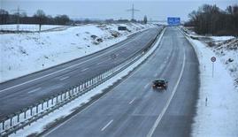 <p>Автомобиль едет по шоссе A20 в Германии 10 января 2010 года. Судья из Германии внезапно стал популярным после того, как без штрафа отпустил 42 водителя, превысивших скорость, на прошлой неделе. REUTERS/Morris Mac Matzen</p>