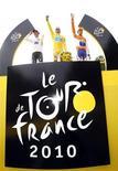 """<p>Альберто Контадор в желтой майке лидера во время """"Тур де Франс"""" 25 июля 2010 года. Желтая майка лидера общего зачета престижной веломногодневки """"Тур де Франс"""", в которой Марко Пантани добился успеха в 1998 году, была украдена на выставке в Милане, сообщили в четверг итальянские СМИ. REUTERS/Eric Gaillard</p>"""