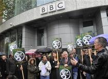 <p>Imagen de archivo de periodistas de la BBC manifestándose por sus pensiones fuera del edificio de la cadena estatal en Londres. Nov 5 2010 Periodistas de la cadena estatal británica BBC suspendieron una huelga por las pensiones anunciada para la semana próxima luego de que la gerencia aceptara reunirse con el gremio, dijo el Sindicato Nacional de Periodistas (NUJ por su sigla en inglés). REUTERS/Toby Melville/ARCHIVO</p>