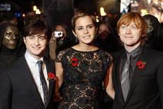 "<p>Emma Watson (centro), Daniel Radcliffe (esq) e Rupert Grint na estreia do filme ""Harry Potter e as Relíquias da Morte: Parte 1"" em Londre. 11/11/2010 REUTERS/Stefan Wermuth</p>"