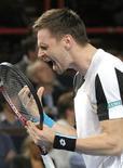<p>Sueco Robin Soderling reage durante partida semifinal Michael Llodra no Masters de Paris, na qual venceu e chegou à final do torneio. REUTERS/Horacio Villalobos/Pool</p>