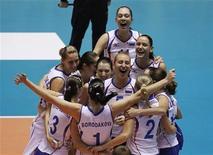 <p>Российские волейболистки радуются победе в финале чемпионате мира над командой Бразилии, Токио 14 ноября 2010 года. Женская сборная России по волейболу второй раз подряд выиграла чемпионат мира. REUTERS/Toru Hanai</p>