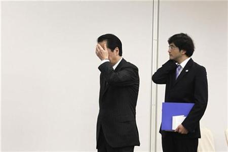 Japan's Prime Minister Naoto Kan (L) waits for Chile's President Sebastian Pinera before their meeting on the sidelines of the APEC Summit in Yokohama November 14, 2010. REUTERS/Vivek Prakash