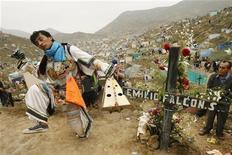 <p>Перуанский танцор исполняет танец ножниц на кладбище в окресностях Лимы 1 ноября 2008 года. Леденящий кровь перуанский танец ножниц, турецкие масляные бои и подпрыгивающая процессия из Люксембурга претендуют на включение в список нематериального культурного наследия человечества ЮНЕСКО. REUTERS/Enrique Castro-Mendivil</p>