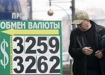 <p>Мужчина проходит мимо пункта обмена валют в Москве 15 января 2009 года. Банк России обнаружил свыше тридцати незаконных пунктов обмена валюты в Москве, которые должны были исчезнуть до 1 октября, и сообщил об их местонахождении в правоохранительные органы, отчитался регулятор. REUTERS/Sergie Karpukhin</p>