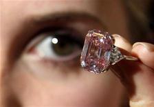 <p>Diamante rosa de 24,78 quilates na Sotheby's de Londres, vendido a um preço recorde para leilão na terça-feira. 25/10/2010 REUTERS/Luke MacGregor/Arquivo</p>