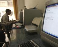 <p>Молодой человек пользуется компьютером в интернет-кафе в Каире 20 декабря 2008 года. Египетский блогер вышел на свободу после четырех лет тюремного заключения, сообщила правозащитная организация Arabic Network for Human Rights Information (ANHRI). REUTERS/Amr Dalsh</p>
