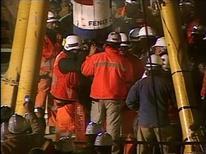 <p>Imagen de archivo del socorristas durante el rescate del minero Florencio Avalos tras permanecer más de dos meses al interior de una mina en el norte de Chile, oct 13 2010. Un mes después de uno de los rescates mineros más notorios de la historia en el desierto de Atacama de Chile, una productora española dijo el miércoles que ultima el montaje de la que sería la primera película sobre las vivencias de los 33 hombres atrapados por más de dos meses. REUTERS/Government of Chile/Pool</p>