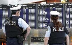 <p>A German police officers patrol the departure area of Munich's airport November 18, 2010. REUTERS/Michaela Rehle</p>