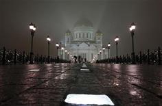 <p>Люди проходят перед Храмом Христа Спасителя в Москве 15 ноября 2009 года. Москва прощается с непривычно теплой для ноября погодой - в выходные в городе все еще будет плюсовая температура, а уже на следующей неделе в столичный регион придут морозы, ожидают синоптики. REUTERS/Denis Sinyakov</p>