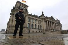 <p>Вооруженный германский полицейский стоит перед зданием Рейхстага в Берлине 22 ноября 2010 года. Здание Рейхстага в Берлине закрыто для туристов после сообщений о возможных намерениях исламистов атаковать немецкий парламент. REUTERS/Pawel Kopczynski</p>