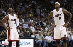 """<p>Игроки """"Майами"""" Дуэйн Уэйд (слева) и ЛеБрон Джеймс перед началом игры против """"Индианы"""" в Майами 22 ноября 2010 года. Возвращение в состав Дуэйна Уэйда не помогло """"Майами"""", который проиграл вторую подряд встречу в регулярном чемпионате Национальной баскетбольной ассоциации (НБА) - на этот раз """"Индиане"""". REUTERS/Hans Deryk</p>"""