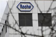 <p>Imagen de archivo una fábrica de Roche Holding AG en Burgdorf, Suiza. Nov 17 2010 La farmacéutica suiza Roche Holding AG anunció el martes la obtención de una licencia global del grupo de biotecnología estadounidense Genzyme para desarrollar pruebas sobre mutaciones celulares en el cáncer de pulmón. REUTERS/Pascal Lauener</p>