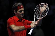 <p>Швейцарский теннисист после победы над британцем Энди Марреем в матче итогового турнира ATP, Лондон 23 ноября 2010 года. Швейцарец Роджер Федерер и швед Робин Сёдерлинг добились побед в матчах группы B итогового турнира ATP, проходящего в Лондоне. REUTERS/Stefan Wermuth</p>