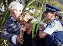 <p>Сотрудник полиции уводит родственников шахтеров, оказавшихся запертыми под землей на шахте компании Pike River, после второго взрыва, Греймут 24 ноября 2010 года. Все 29 шахтеров, оказавшихся запертыми под землей в Новой Зеландии в прошлую пятницу, скорее всего мертвы, сообщила полиция в среду. REUTERS/Tim Wimborne</p>