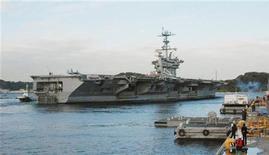 """<p>Американский атомныц авианосец """"Джордж Вашингтон"""" на базе в Йокосуке 24 ноября 2010 года. Китай в четверг выразил недовольство совместными военными учениями США и Южной Кореи в Желтом море, а Северная Корея пригрозила новой атакой в случае очередных """"провокаций"""". REUTERS/Kyodo</p>"""