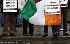 <p>Демонстранты на улицах Дублина 22 ноября 2010 года. Перевес правительственного большинства в ирландском парламенте, вероятно, сократится до двух мест в результате борьбы за вакантное место на дополнительных выборах, результаты которых станут известны в пятницу. REUTERS/Cathal McNaughton</p>