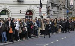 <p>Люди стоят в очереди на автобус во время забастовки работников метрополитена в Лондоне 3 ноября 2010 года. Очередная 24-часовая забастовка против сокращения рабочих мест пройдет в понедельник в лондонской подземке. REUTERS/Suzanne Plunkett</p>